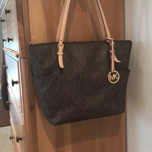 1b9568f93f16 Authentic Michael Kors Jet Set zip tote  30. M 5a63bfcffcdc3169e9e20279